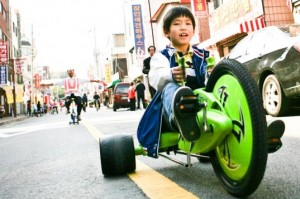 korean-boy-rides-through-suwon-ecomobility-festival-537x357-300x199